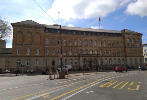 Falsche Polizeibeamte wegen Betruges zu langen Haftstrafen verurteilt