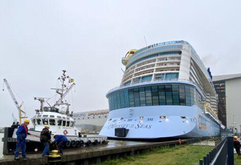 Kreuzfahrtschiff der Meyer Werft verlässt Baudock