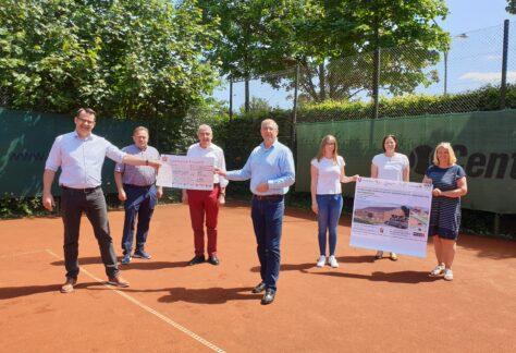KSB überreicht Förderscheck für Neubau eines Sporthauses